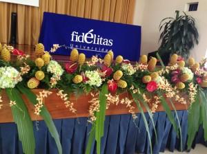 Arreglos para decoración de tarima con maracas, anturios, hortensias, Orquideas artificiales y follajes varios. 40.000 colones el metro