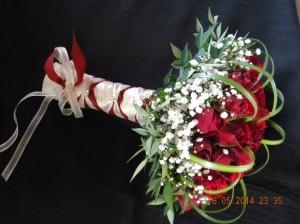 Bouquet compacto de rosas rojas, gipsofilia y pincel