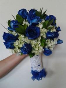 Bouquet con hortensia y rosas azules