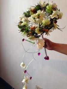 Bouquet contemporáneo con estructura de alambre, dendrobium y mini clavel