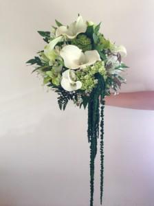 Bouquet de calas, hortensias y follajes con caída