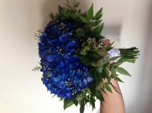 Bouquet de hortensia azul y follajes