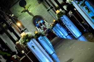 bi-6 Camino de altar con columnas iluminadas